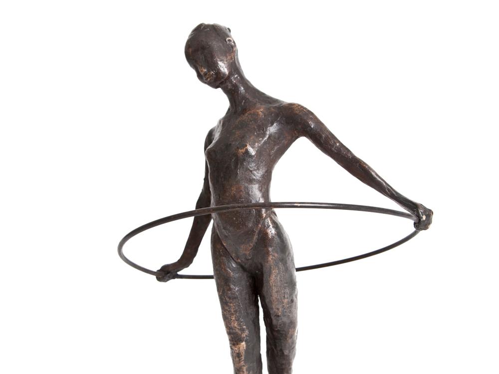 bronzen beeld meisje met hoepel